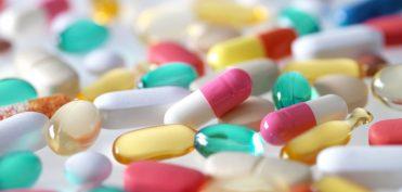 Améliorer la qualité et la sécurité de la prise en charge médicamenteuse en EHPAD est une démarche pluridisciplinaire. Un enjeu qui engage l'ensemble des professionnels de l'établissement : directeur, médecin coordonnateur et équipe soignante. Voire même des partenaires extérieurs tels que les pharmaciens d'officine avec la préparation des doses à administrer (PDA) et les médecins traitants des résidents. A l'instar du sanitaire, les établissements médico-sociaux se doivent d'adopter et maîtriser cette culture de la sécurité.